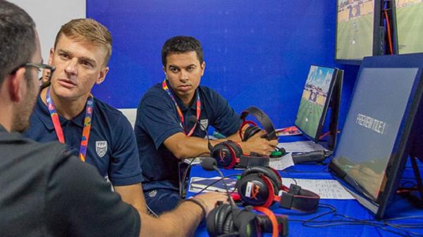 No Campeonato Paulista, a sala do VAR já contava com os fones destinado a gamers. Foto: William Lima/FPF/Via UOL