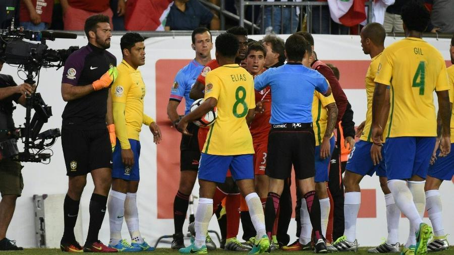 Jogadores de Brasil e Peru cercam o árbitro Andrés Cunha após gol de mão de Ruidiaz em 2016