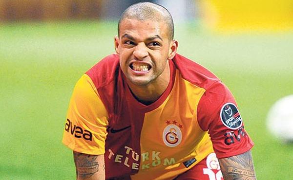 Em imagens de uma emissora de TV feitas no vestiário do Galatasaray, o brasileiro aparace fazendo um gesto mandando os rivais se calarem