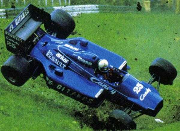 Durante o GP da Áustria de 1985, capotando com a Ligier. Foto: Reprodução
