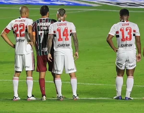 A questionável atitude de Miranda no jogo contra o Fluminense. Foto: Divulgação