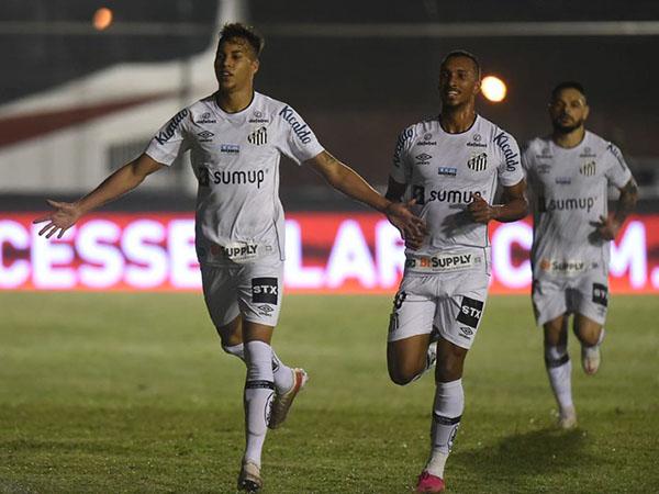 Centroavante Kaio Jorge entrou na mira de Chelsea e Arsenal. Foto: Ivan Storti/Santos FC