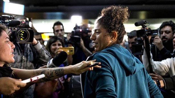 Cristiane durante desembarque da seleção feminina. Foto: Jardiel Carvalho/UOL