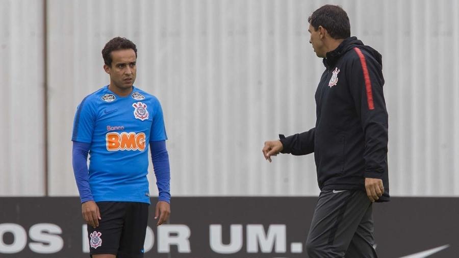 Fábio Carille conversa com Jadson durante treinamento do Corinthians. Foto: Daniel Augusto Jr/Ag.Corinthians