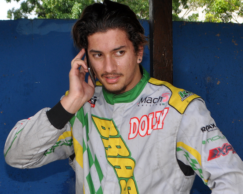 João Rosate, campeão da Seletiva de Kart Petrobras, ligou para seu pai após a vitória. Foto: Marcos Júnior Micheletti/Portal TT