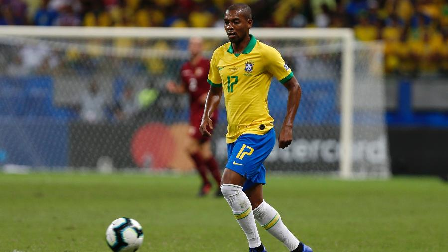 Fernandinho será o substituto de Casemiro no meio-campo da seleção