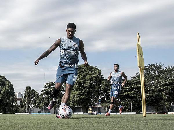 Raniel é um dos jogadores em recuperação que deve voltar ao time nos próximos meses. Foto: Ivan Storti/Santos FC