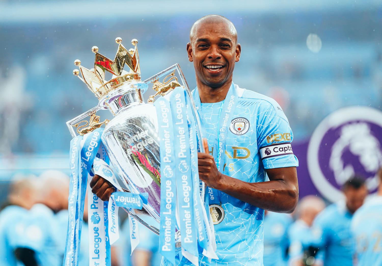 Volante do Manchester City revelou que seu pai era santista e agitou torcedor do Peixe. Foto: Facebook/Reprodução