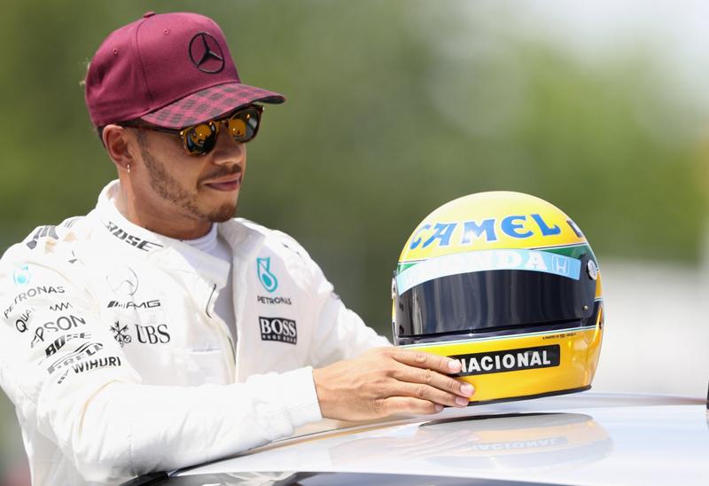 Britânico ganhou réplica do capacete do brasileiro. Foto: Divulgação