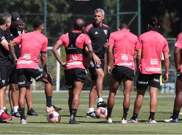 Hernán Crespo orienta seus jogadores no CT da Barra Funda. Foto: Divulgação/São Paulo
