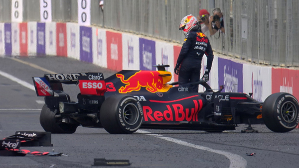 Verstappen abandonou a corrida em Baku quando liderava. Foto: Reprodução/F1