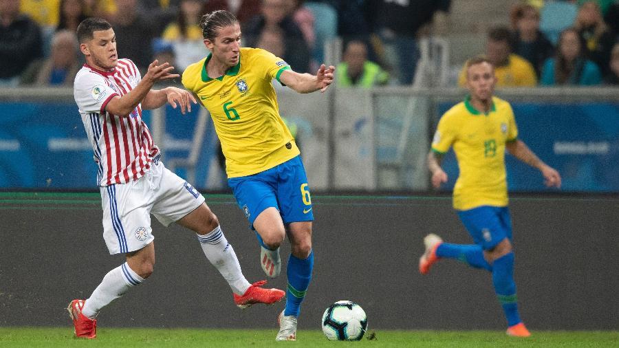 Filipe Luís saiu com dores do jogo da seleção brasileira contra o Paraguai na Copa América