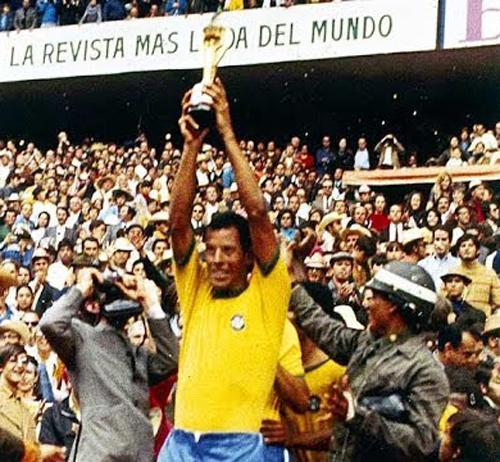 O saudoso Carlos Alberto Torres ergueu a taça Jules Rimet. Foto: Reprodução/YouTube