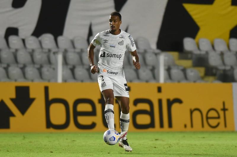 "Luiz Felipe explicou o ""risco calculado"" da equipe ao sair trocando passes na defesa. Foto: Ivan Storti/Santos FC"