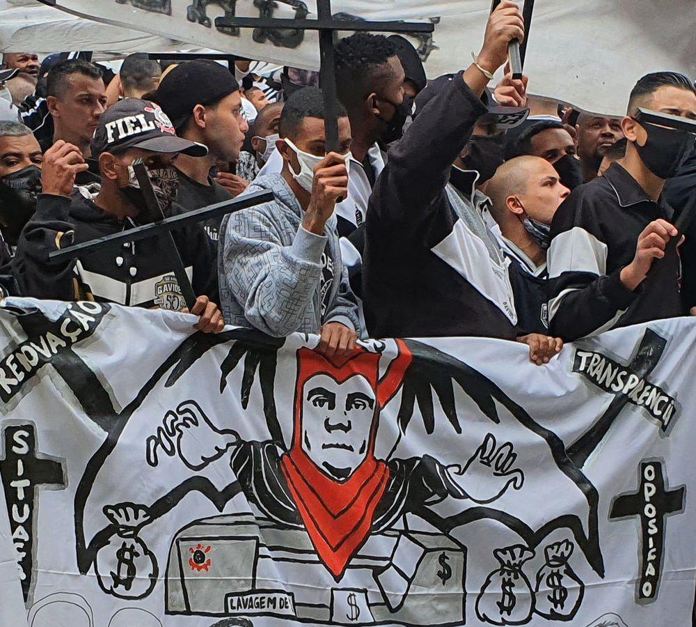 Torcedores alvinegros se manifestaram contra o grupo políticos do ex-presidente corintiano. Foto: Twitter/Rodrigo Vessoni