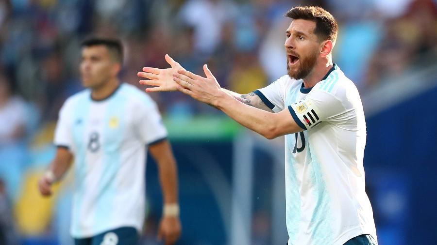 Messi reclama de pênalti durante Argentina x Venezuela