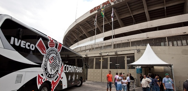 Ônibus do Corinthians em frente ao Morumbi: incidente em 2009 serviu para motivar time