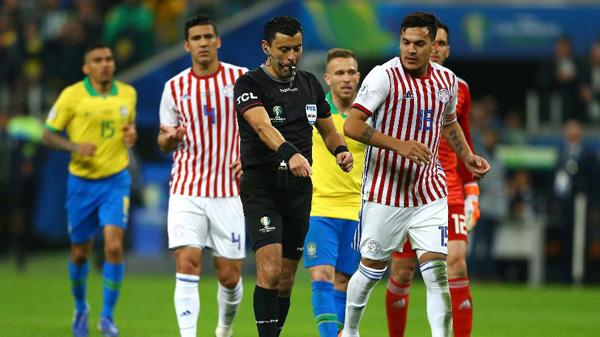 Brasil teria um pênalti contra o Paraguai, mas arbitragem reavaliou o lance. Foto: Lucas Uebel/Getty Images/Via UOL