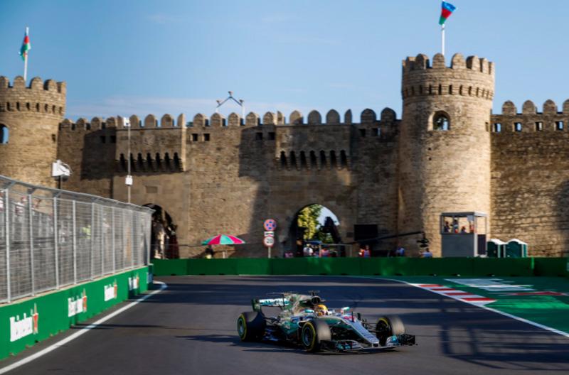 Britânico largou na frente no GP do Azerbaijão de 2017. Foto: Divulgação