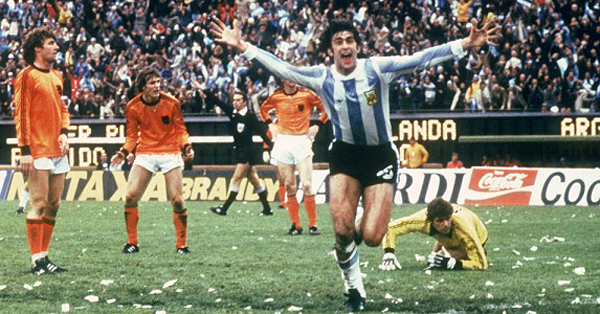 Mario Kempes foi o destaque do jogo contra a Holanda no Monumental de Nuñez. Foto: Divulgação