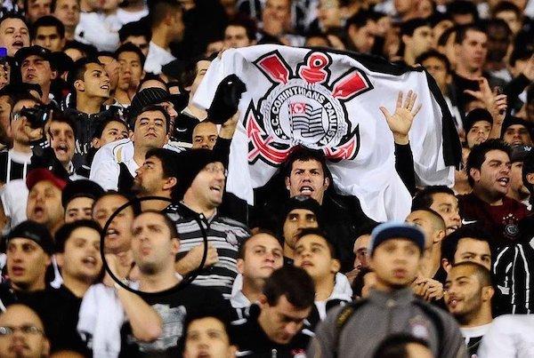 A tensão da torcida corintiana no Pacaembu no duelo diante do Vasco, válido pela Libertadores de 2012. Foto: Reprodução/Globo