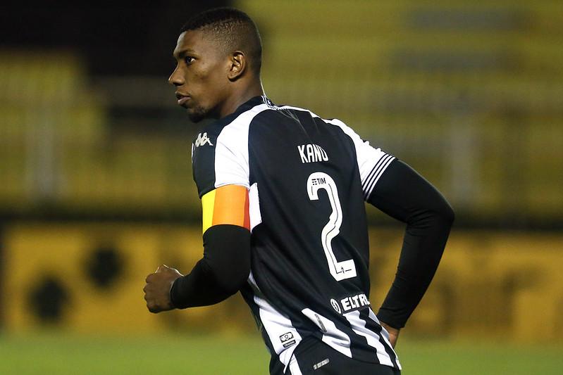 Prestes a ficar sem seu principal zagueiro, Peixe fez sondagens por Kanu. Foto: Vítor Silva/Botafogo