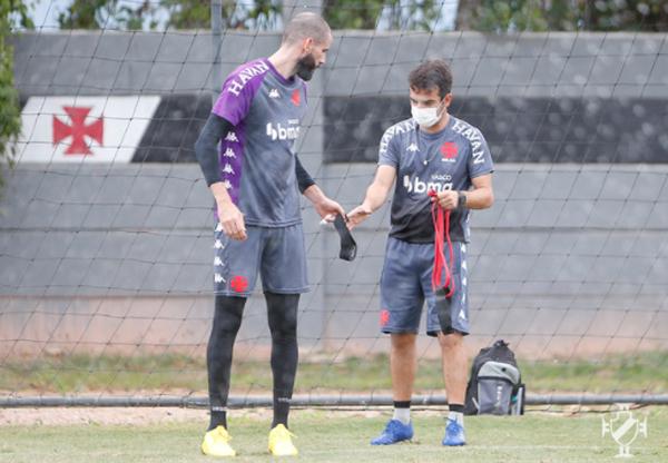 O goleiro Vanderlei (à esquerda) durante treino no CT do Almirante. Foto: Divulgação/Vasco