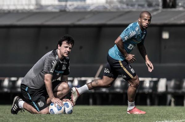 Fernando Diniz e Sánchez durante treino no CT Rei Pelé. Foto: Divulgação/Santos