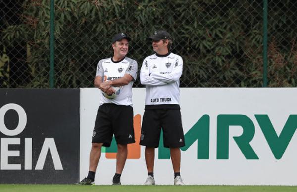Cuca (à esquerda), durante treino na Cidade do Galo. Foto: Pedro Souza / Atlético