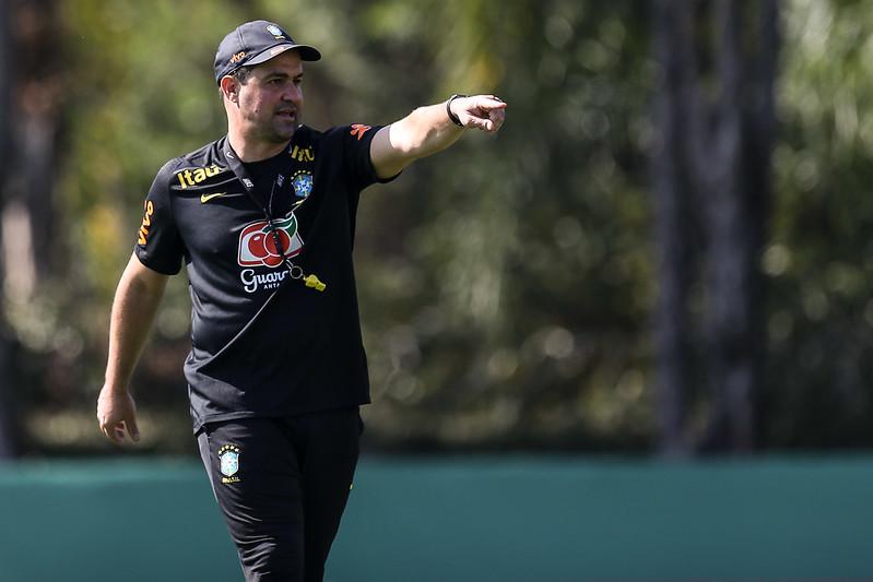 Técnico André Jardine vem enfrentando muitos problemas para montar a equipe que disputará as Olimpíadas. Foto: Marco Galvão/CBF