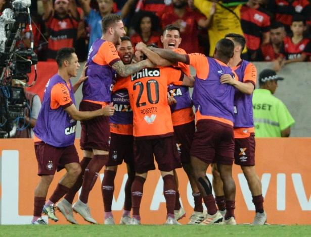 Jogadores do Atlético-PR comemoram gol de empate no Rio. Foto: UOL